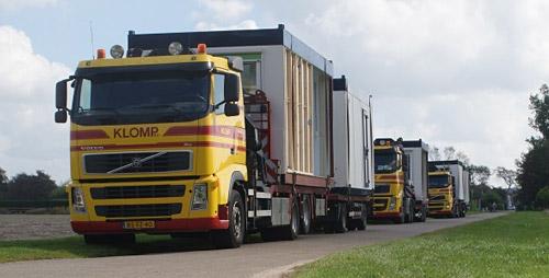 Vrachtwagens vervoeren woonunits